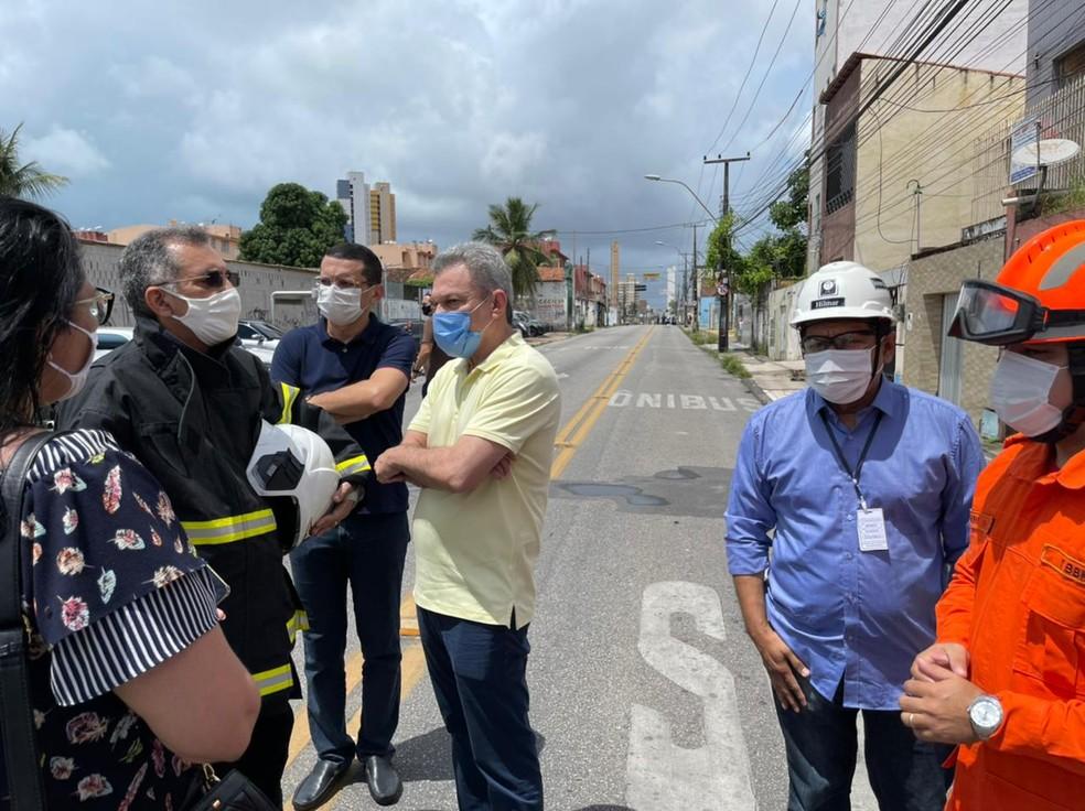 Prefeito Sarto Nogueira foi ao local da explosão na empresa de oxigênio para colher mais informações sobre o ocorrido. — Foto: Prefeitura de Fortaleza/ Divulgação