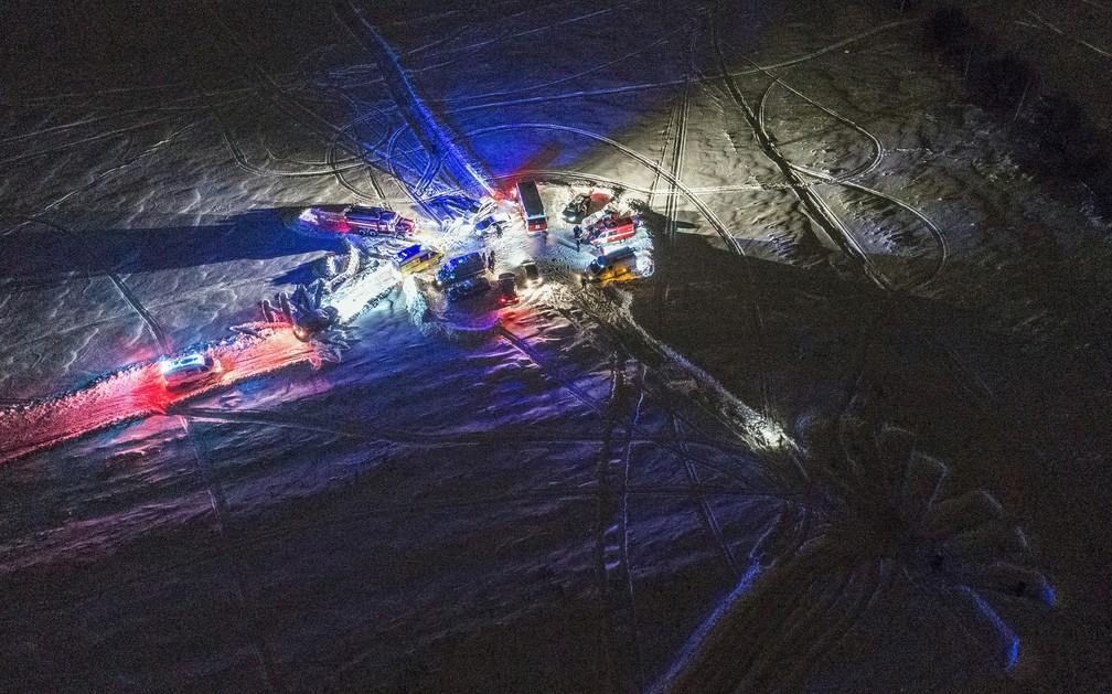 Vista aérea do local dos trabalhos de resgate nos arredores de Moscou após queda de avião neste domingo (11) (Foto: Dmitry Serebryakov/AFP)