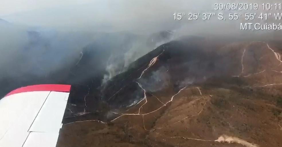 Tempo seco e vento contribuem para que as chamas se alastrem, segundo bombeiros — Foto: Corpo de Bombeiros - MT