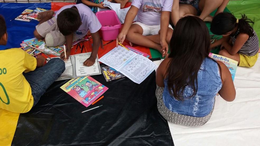 Barca das Letras buscar incentivar a leitura em crianças de comunidades ribeirinhas (Foto: Jorge Abreu/G1)