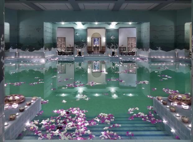 Piscina interna em tons de verde, no Taj Umaid Bhawan ocupam mais de 60 mil metros quadrados (Foto: Taj Hotels/ Reprodução)