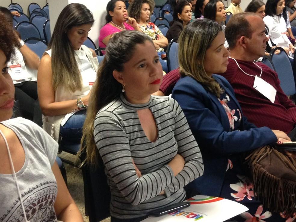 Professora Juliana Mafra durante o seminário (Foto: Natália Normande/G1)
