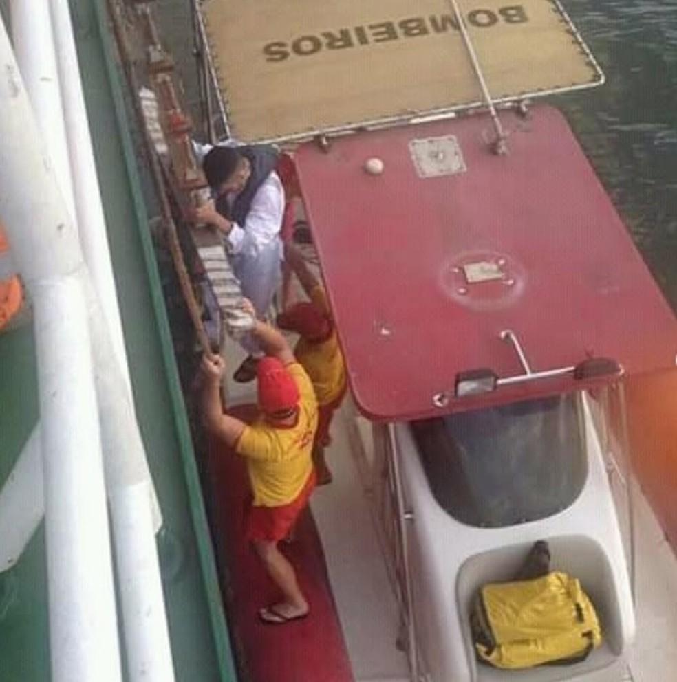 Bombeiros foi acionados e resgataram surfista que foi socorrido em navio — Foto: Divulgação/Corpo de Bombeiros
