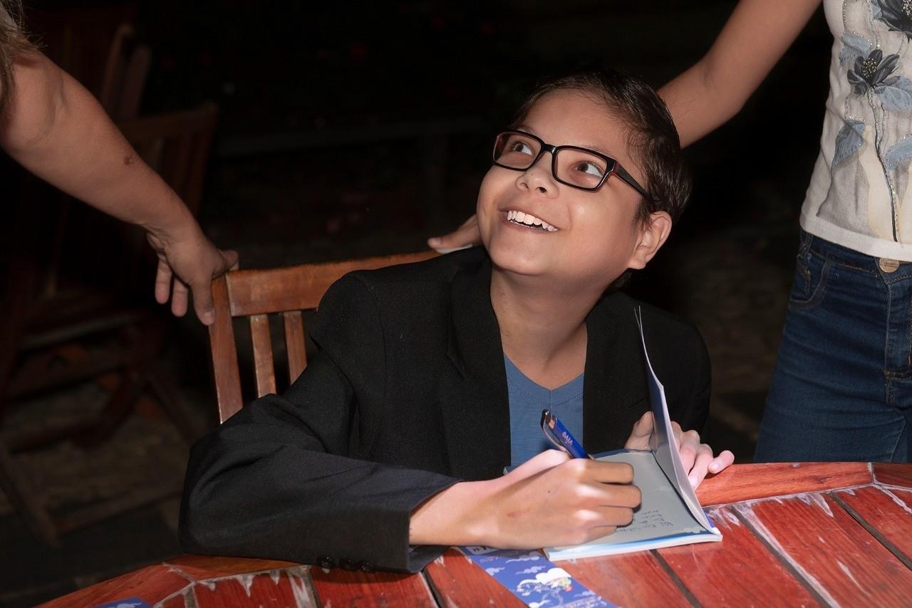 Jovem do Ceará com síndrome grave realiza sonho de ser escritor e lança o primeiro livro ao sair de UTI; história sensibilizou editora no RJ