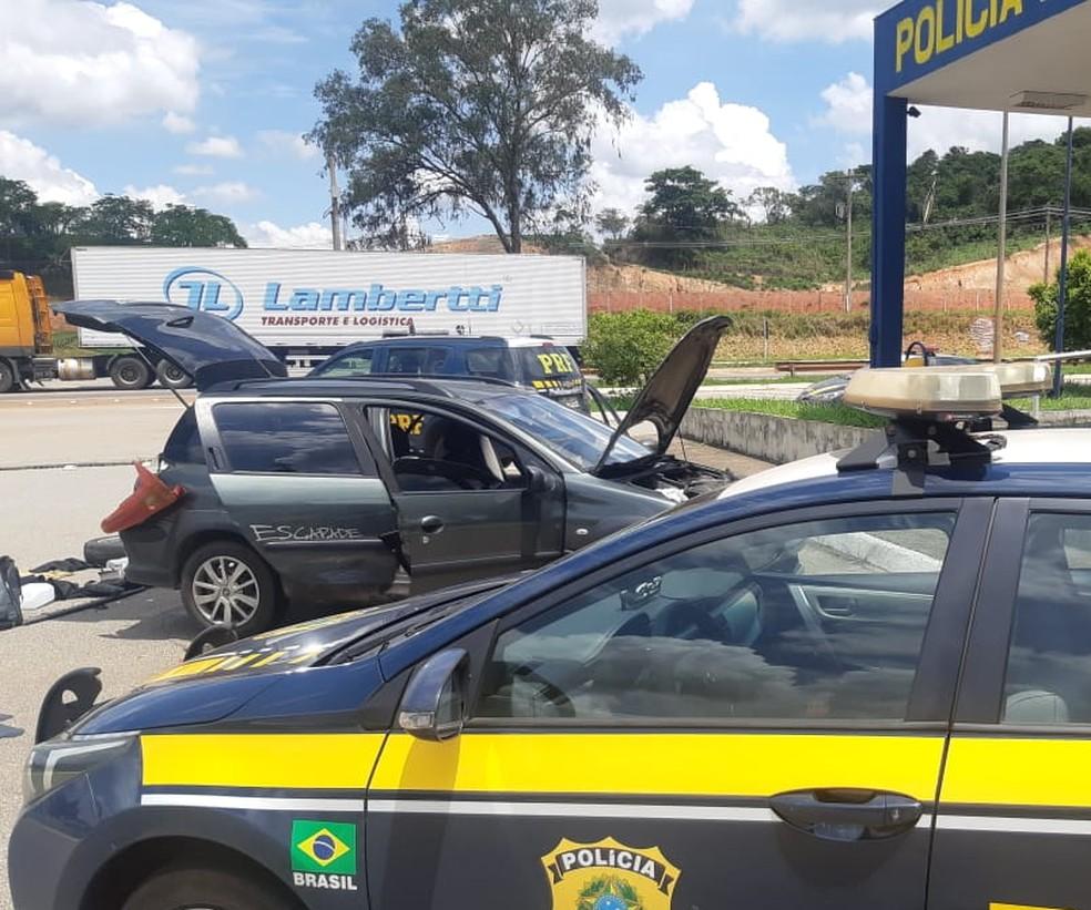 Arma e dinheiro estavam em um compartimento oculto do carro. — Foto: Divulgação/Polícia Rodoviária Federal