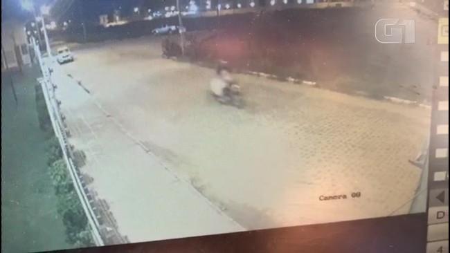Polícia acredita que suspeito de desaparecimento passou de moto em rua carregando corpo