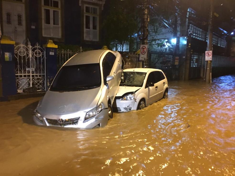 Carros arrastados pela chuva na rua Pacheco Leão, no Jardim Botânico â?? Foto: Reprodução/Redes Sociais