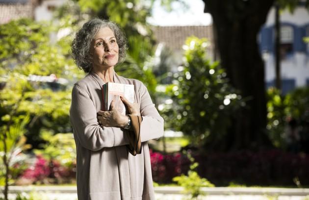 Dona de uma livraria, Margot (Irene Ravache) será a única pessoa a saber sobre a experiência de Cris (Vitória Strada) de voltar ao passado (Foto: Globo/ João Miguel Junior)