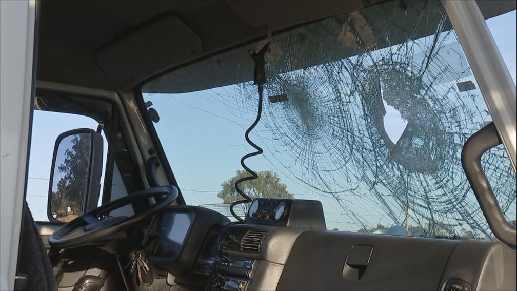 Para-brisas foi atingido pelas pedras quando caminhoneiro tentou passar pela rodovia Marechal Rondon em Agudos (SP) na manhã desta quarta-feira (30) (Foto: Reprodução/TV TEM)