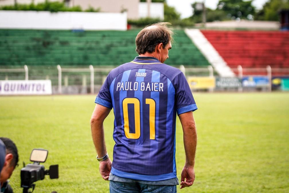 ... Paulo Baier posa com a camisa de treinador do Toledo — Foto  Albert  Egon  a5f4bda8ffb44