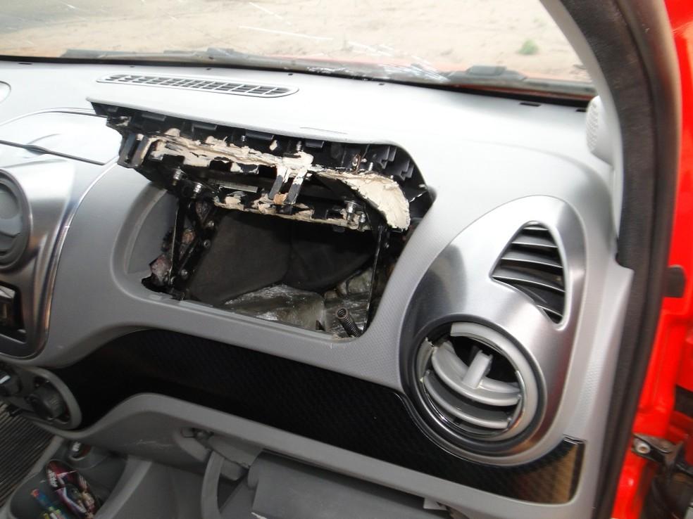 Parte da droga foi encontrada em um compartimento secreto dentro do carro (Foto: PF/Divulgação)