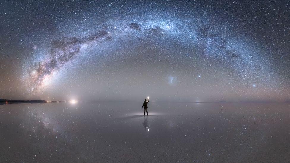 """A Nasa elegeu como """"foto astronômica do dia"""", em 22 de outubro, esta imagem da Via Láctea capturada por Jheison Huerta no Salar de Uyuni, na Bolívia (Foto: JHEISON HUERTA via BBC)"""
