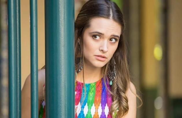 Na sexta-feira (25), em ensaio fotográfico, Cassandra (Juliana Paiva) deixa escapar que Lili está grávida (Foto: TV Globo)