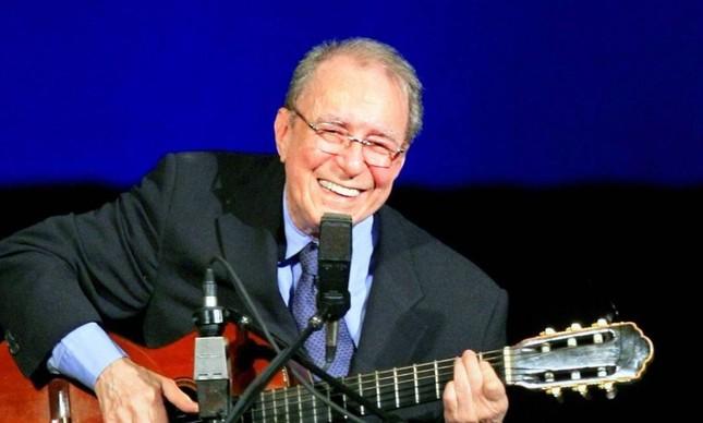 João Gilberto sorrindo em cena, uma momento raro