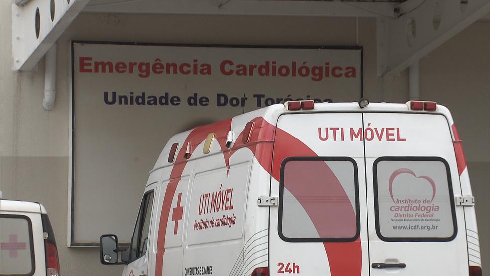 UTI Móvel estacionada em frente ao Instituto de Cardiologia do DF (ICDF) — Foto: TV Globo/Reprodução