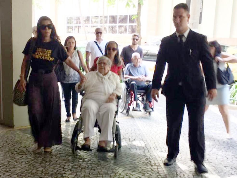 Hilda Rebello chega ao velório do filho — Foto: G1 Rio