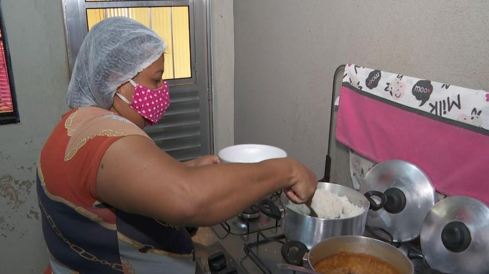 Há oportunidade para cozinheira em Feira de Santana — Foto: Alexandre Sá/EPTV