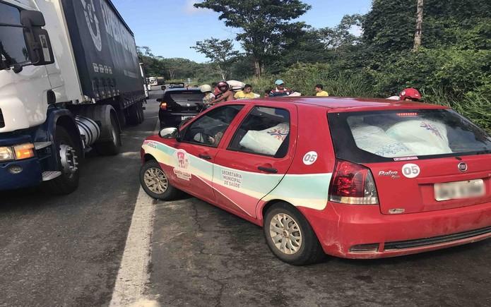 Caminhão tomba e tem carga saqueada na BR-101 em Estância (Foto: José Alves dos Santos/VC na TV Sergipe)