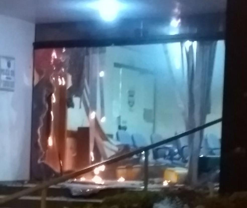 Grupo destruiu porta de vidro que dá acesso à delegacia (Foto: Henrique Celeri/Arquivo pessoal)
