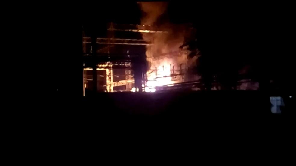 Fogo atingiu uma sub estação de energia dentro da fábrica da Gerdau, no Recife, nesta terça-feira (4) (Foto: Divulgação/WhatsApp)
