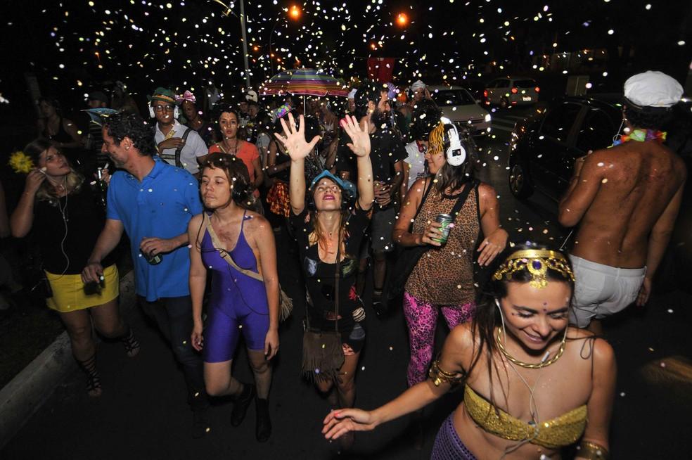 Grupo de teatro brasiliense coloca nas ruas de Brasília, há quase uma década, o bloco 'Carnaval Silencioso'; participantes usam fone de ouvidos durante a festa — Foto: Estúdio Carbono/Thiago Sabino/Divulgação