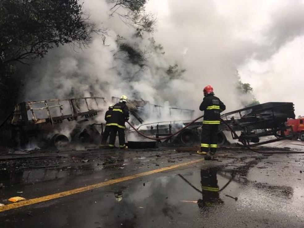 Motorista do caminhão ficou preso às ferragens e não resistiu. — Foto: Artur Dullius/Rádio Independente