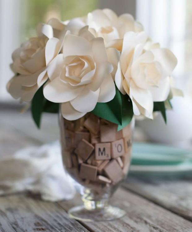 9-ideias-de-decoracao-com-plantas-para-o-dia-das-maes-arranjo-de-flores-papel.jpg (Foto: Pinterest/Reprodução)