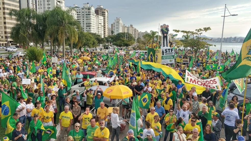 FLORIANÓPOLIS, 16h22: manifestação na Avenida Beira-Mar Norte. — Foto: Ricardo Von Dorff/NSC TV