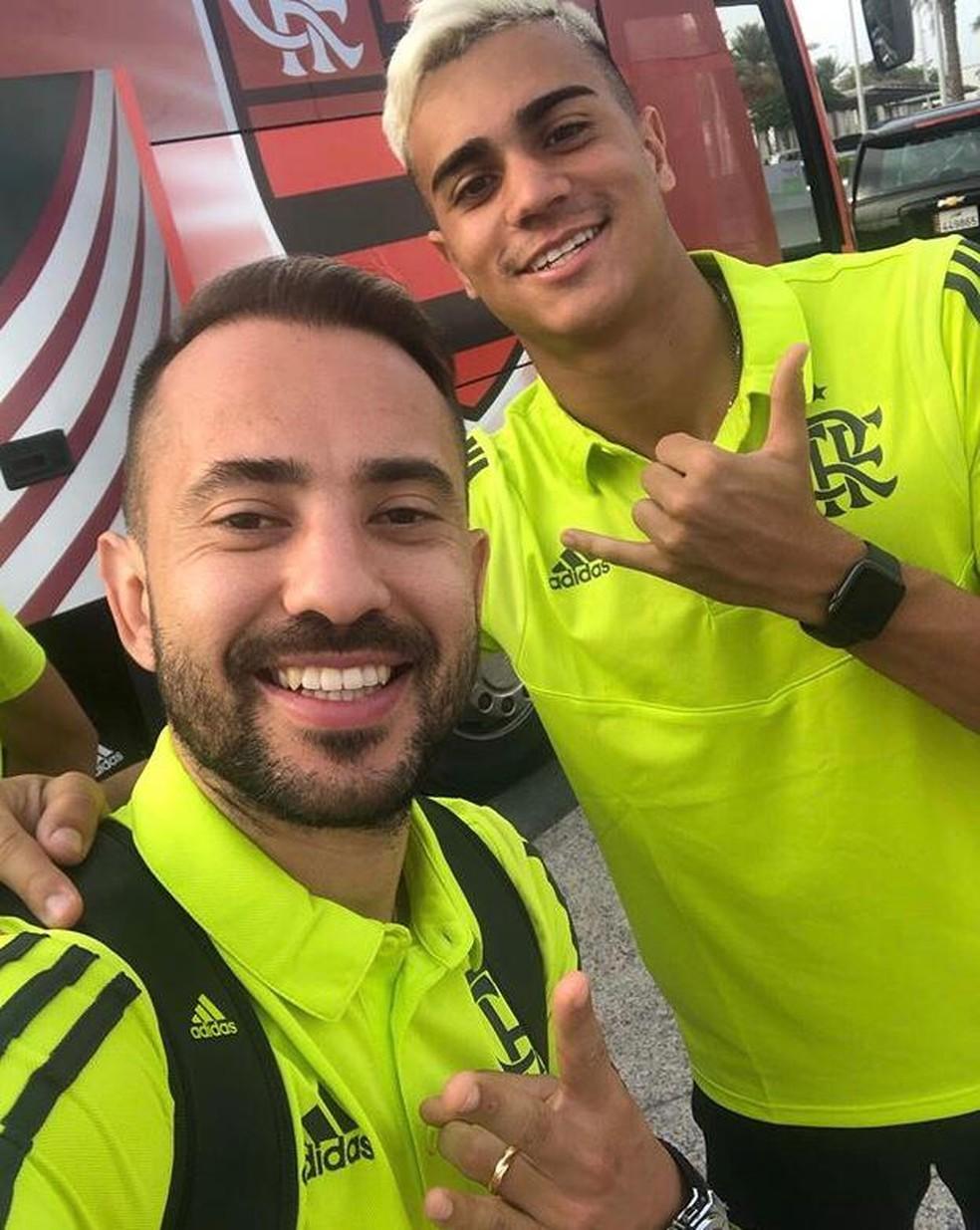 Everton Ribeiro e Reinier na chegada do Flamengo a Doha — Foto: Reprodução / Flamengo