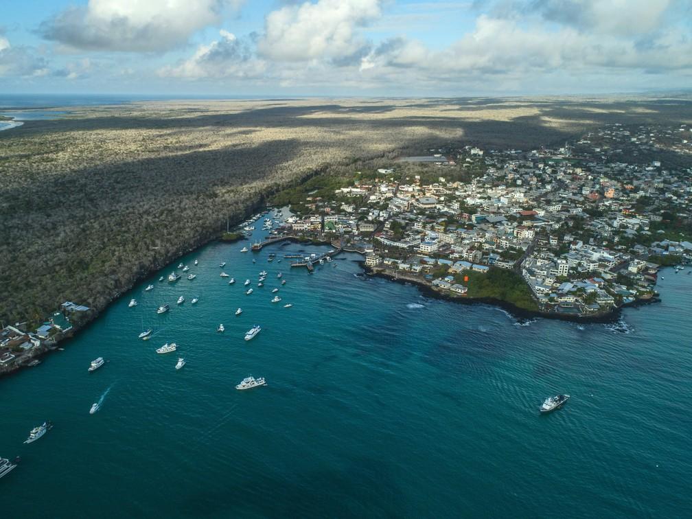 Vista aérea de Puerto Ayora, cidade localizada no arquipélago (Foto: Pablo Cozzaglio/AFP )