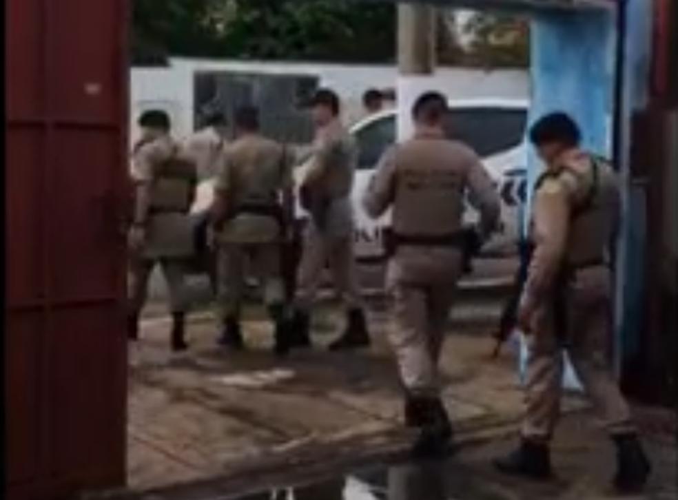 Policiais armados invadiram a delegacia (Foto: Reprodução)