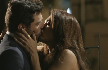 No sábado (21), Caio (Rodrigo Lombardi) e Bibi (Juliana Paes) vão se beijar Reprodução