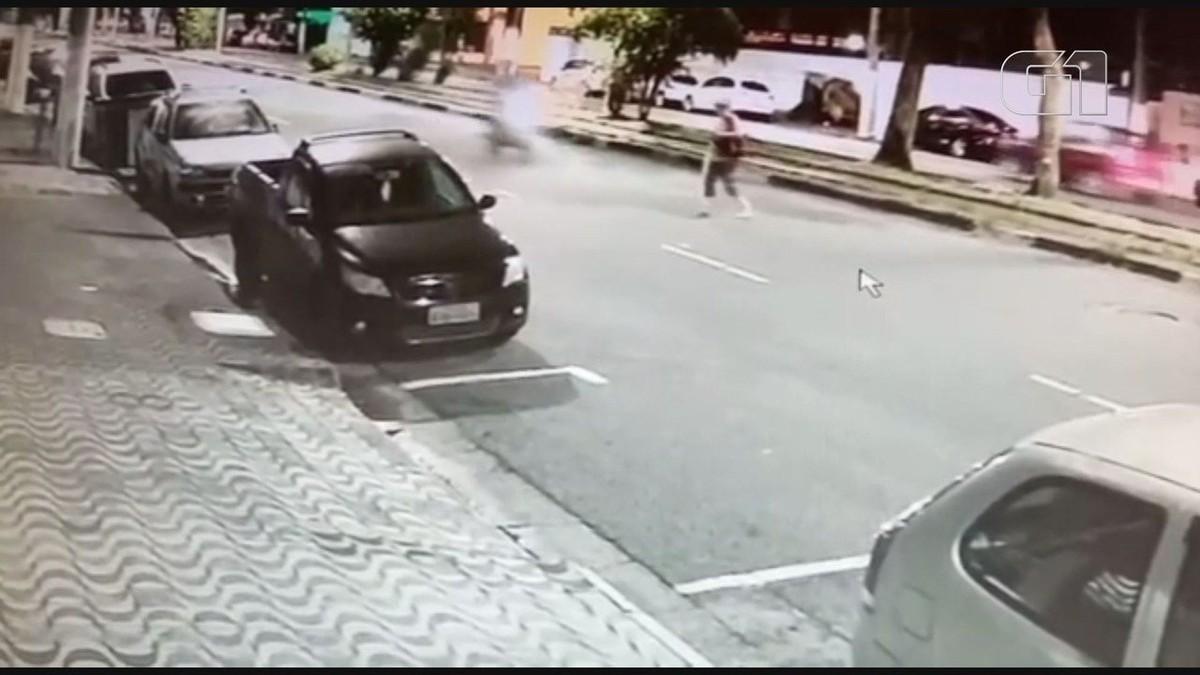 Idosa morre após ser atropelada e motociclista vai embora sem prestar socorro; VÍDEO