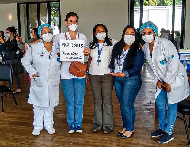 Renata Vasconcellos posa com enfermeiras em posto de vacinação (Foto: Rodrigo Adão/AgNews)