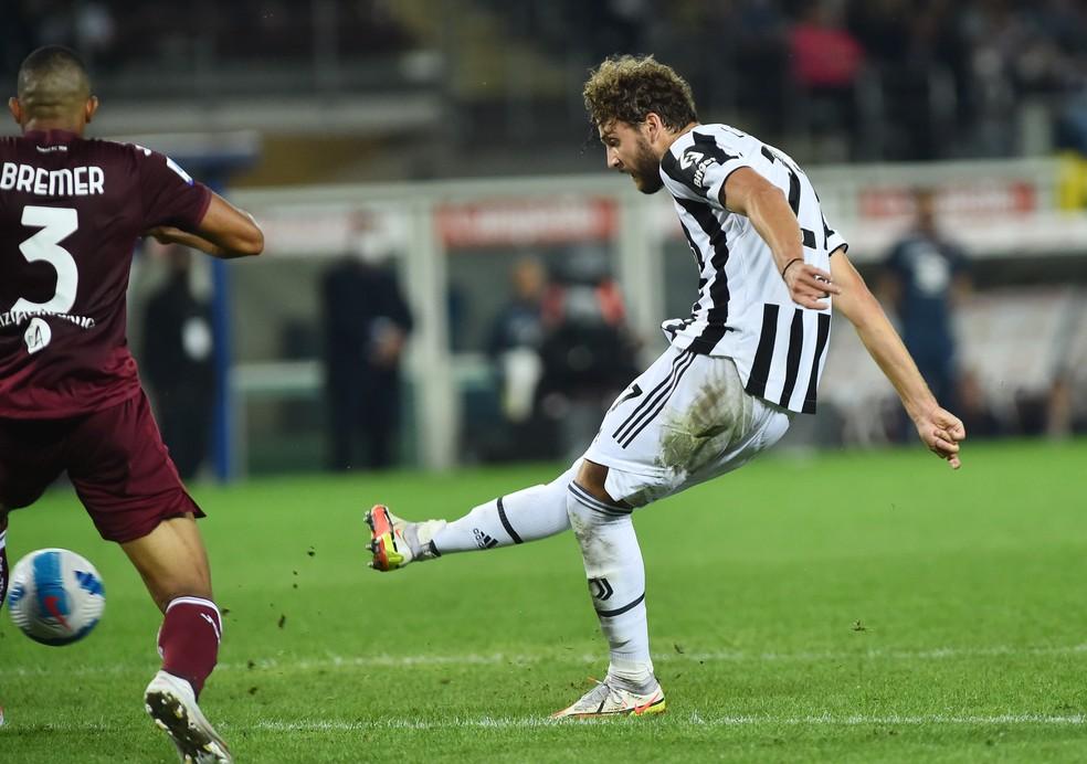 Locatelli chuta para fazer o gol da vitória da Juventus sobre o Torino — Foto: REUTERS/Massimo Pinca