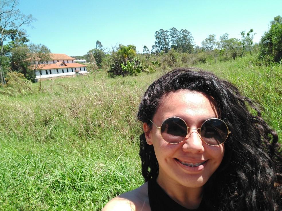 Evelin Cristina Souza em uma de suas visitas ao Casarão do Chá — Foto: Evelin Cristina Souza/Arquivo Pessoal