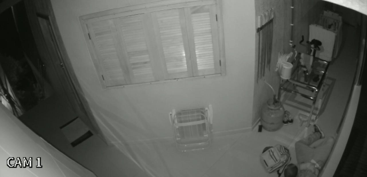 Após invadir casa em Chapecó, homem dorme antes de fugir com tênis e botijão furtados, diz morador