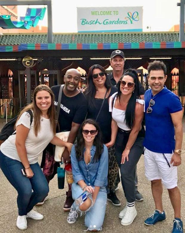 Graciele Lacerda e Zezé Di Camargo com amigos na Disney (Foto: Reprodução Instagram)