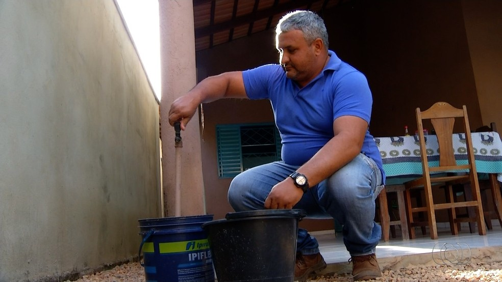 Servidor público não vê uma gota d' água nas torneiras de casa há mais de uma semana (Foto: Reprodução/TV Anhanguera)