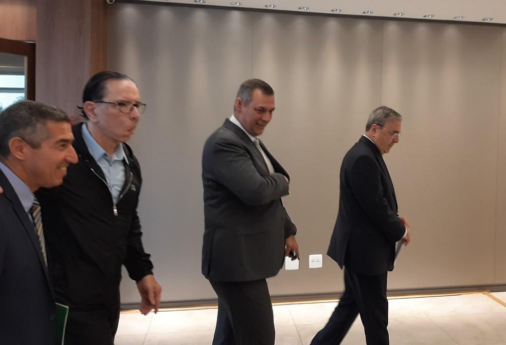 O cirurgião Antônio Luiz Macedo durante chegada ao hospital DF Star, em Brasília, para avaliação da saúde do presidente Jair Bolsonaro — Foto: Guilherme Mazui/G1