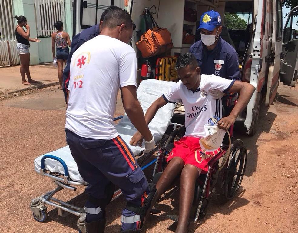 Rogério Alves Albanês foi levado de ambulância para a delegacia (Foto: PM/Divulgação)