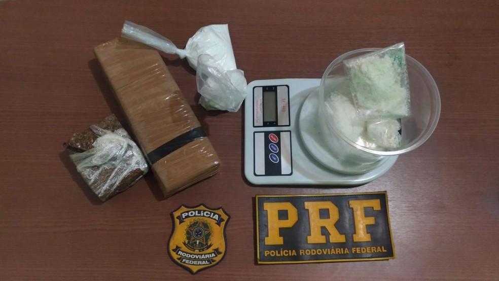 De acordo com a PRF, a passageira estava transportando 1 quilo de maconha, 200 gramas de cloridrato de cocaína e 45 gramas de merla (Foto: Divulgação/PRF-AC)