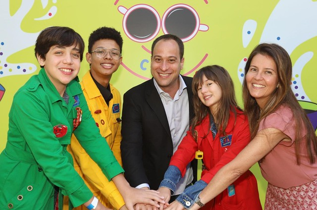 Paulo Marinho e Tatiana Costa com o elenco de 'Detetives do Prédio Azul' (Foto: Edu Vianna)