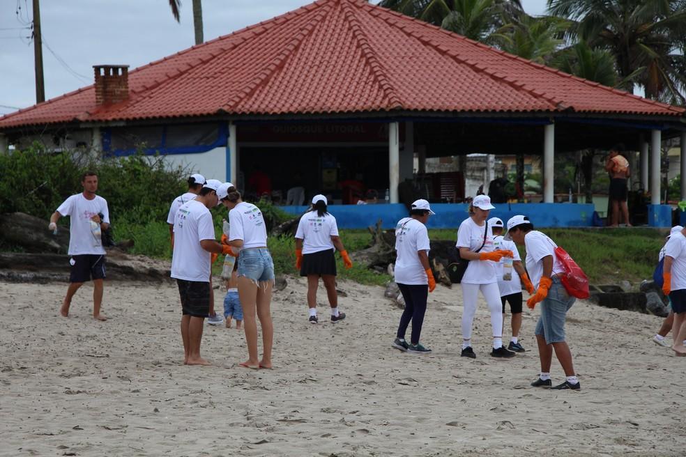 Voluntários recolheram lixo na praia do Centro de Itanhaém (Foto: Divulgação/Prefeitura de Itanhaém)