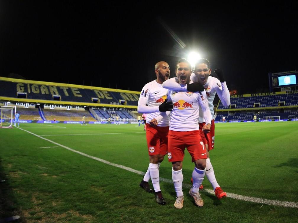 Artur comemora gol contra o Rosario Central ao lado de Ytalo e Bruno Praxedes — Foto: Ari Ferreira/Red Bull Bragantino