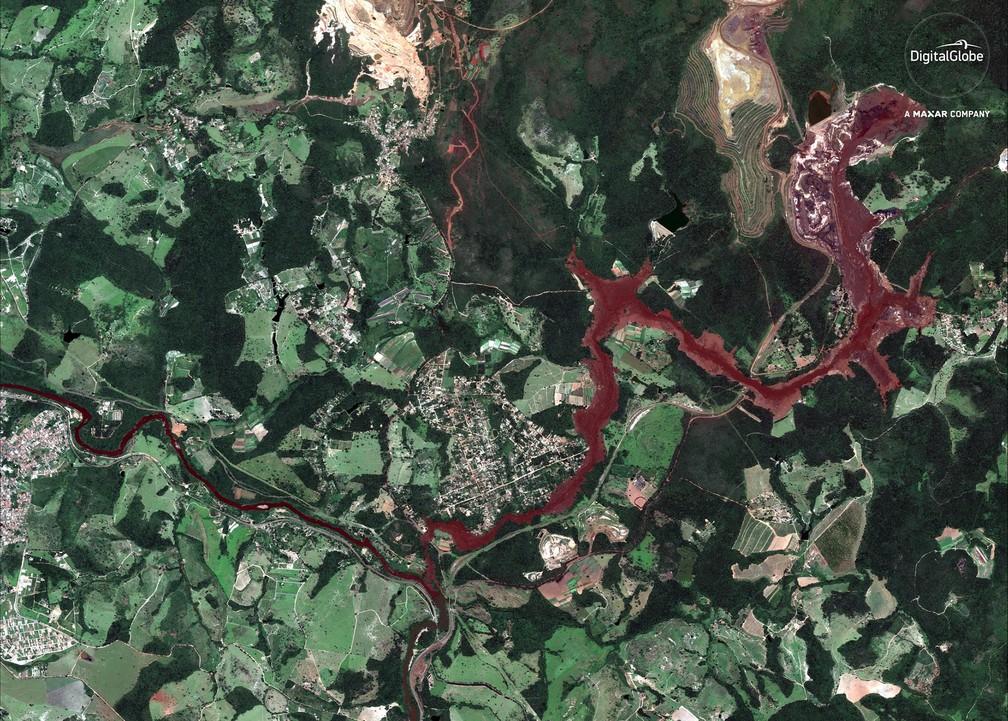 29 de janeiro - Imagem de satélite destaca em tom avermelhado o caminho percorrido pela destruição da lama tóxica após o colapso da barragem em Brumadinho — Foto: DigitalGlobe/Maxar via AP