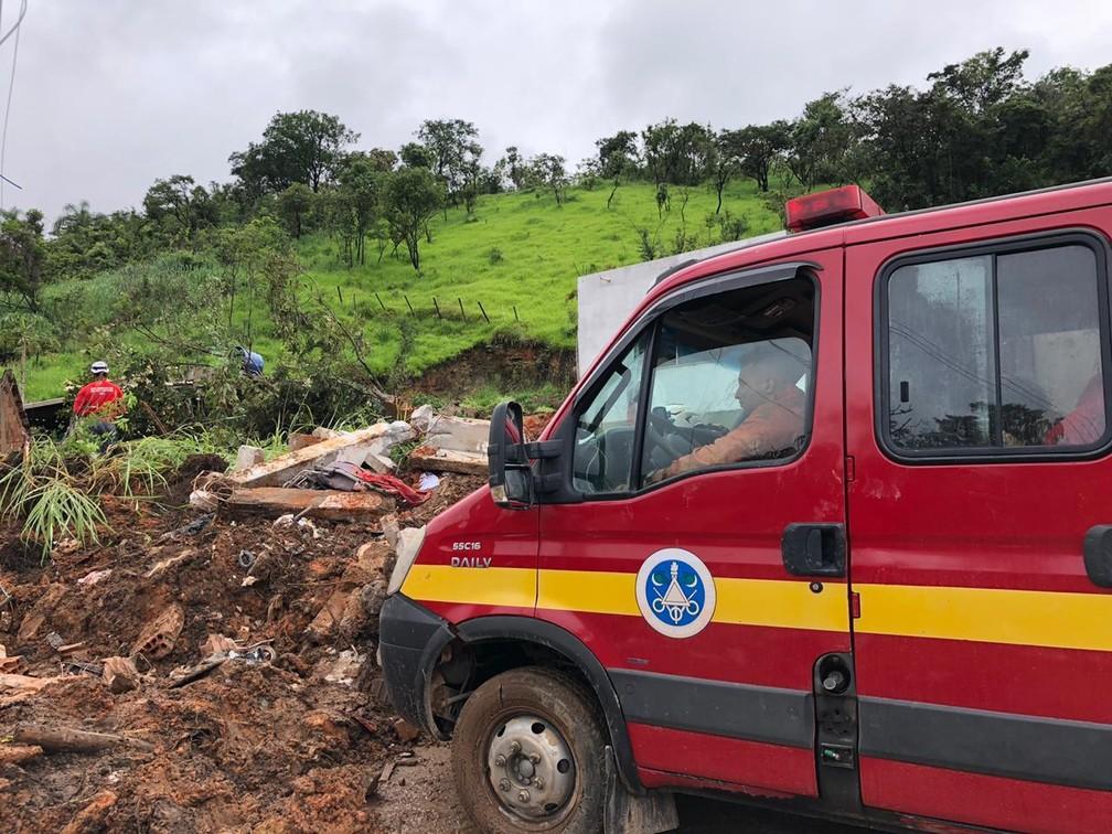 Bombeiros procuram desaparecidos em Betim, na Grande BH  — Foto: Danilo Girundi/TV Globo