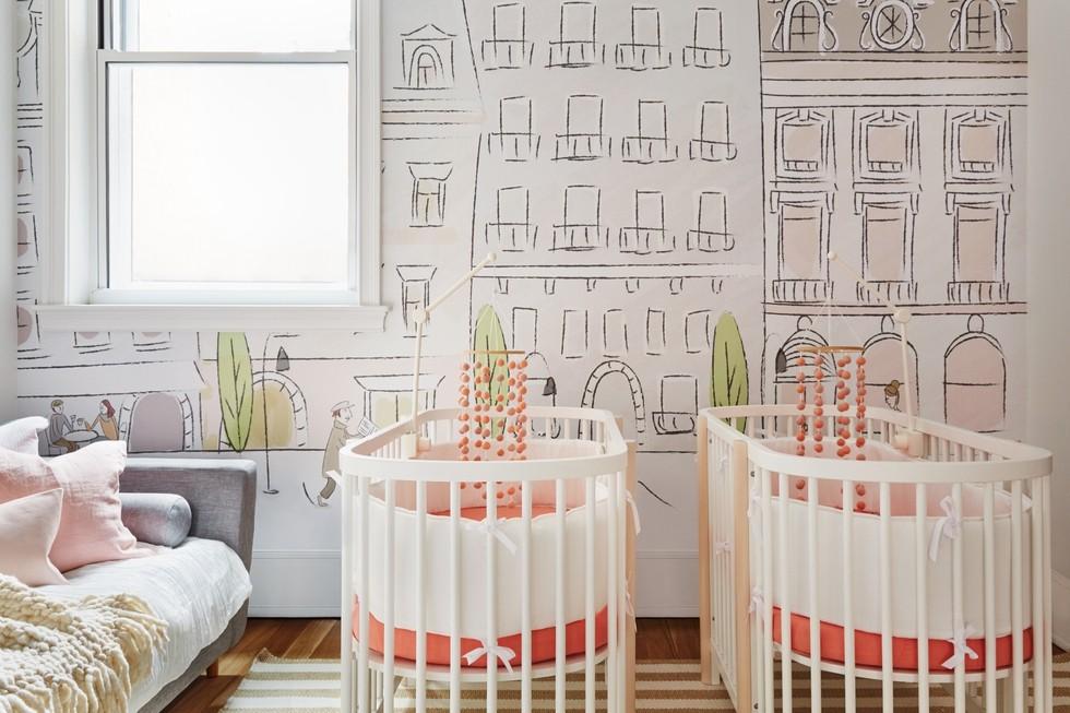 Décor do dia: quarto decorado para gêmeas com detalhes em coral (Foto: SETH CAPLAN/DIVULGAÇÃO)