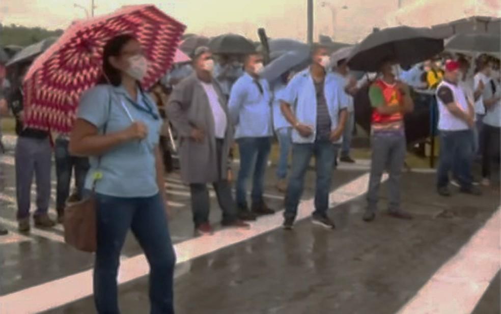 Trabalhadores da Ford protestam contra fechamento de fábrica em Camaçari — Foto: Reprodução/TV Bahia