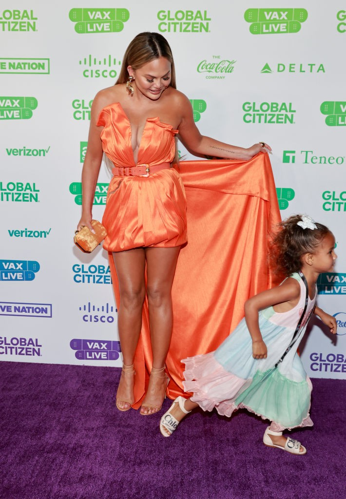 INGLEWOOD, CALIFORNIA: In this image released on May 2, (L-R) Chrissy Teigen and Luna Simone Stephens attend Global Citizen VAX LIVE: The Concert To Reunite The World at SoFi Stadium in Inglewood, California. Global Citizen VAX LIVE: The Concert To Reunit (Foto: Getty Images for Global Citizen )